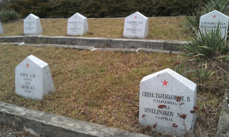 Надписи на надгробиях четко видны. Значит, местные власти постоянно ухаживают за могилами советских освободителей.