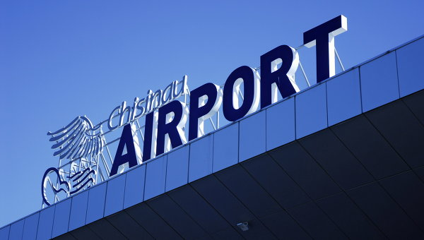 Разбил окно и скрылся: иностранец незаконно покинул территорию столичного аэропорта