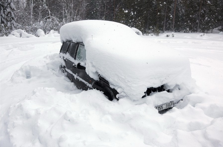 Более 600 человек оказались заблокированы на трассах из-за снегопада