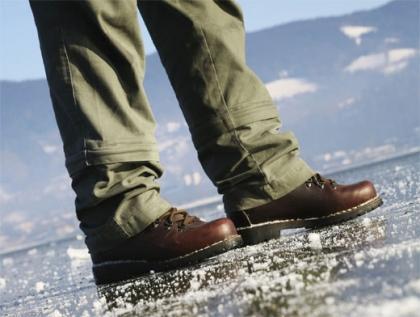 Как ходить в гололёд, чтобы не упасть?