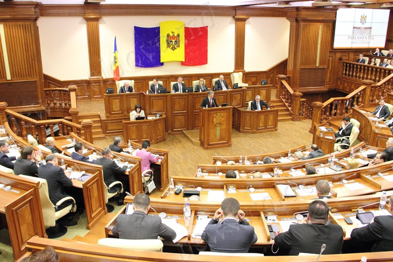 Депутатам вручат удостоверения на первом заседании парламента