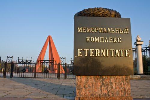 Представители дипмиссий и ветераны возложили цветы к Вечному огню в Кишиневе