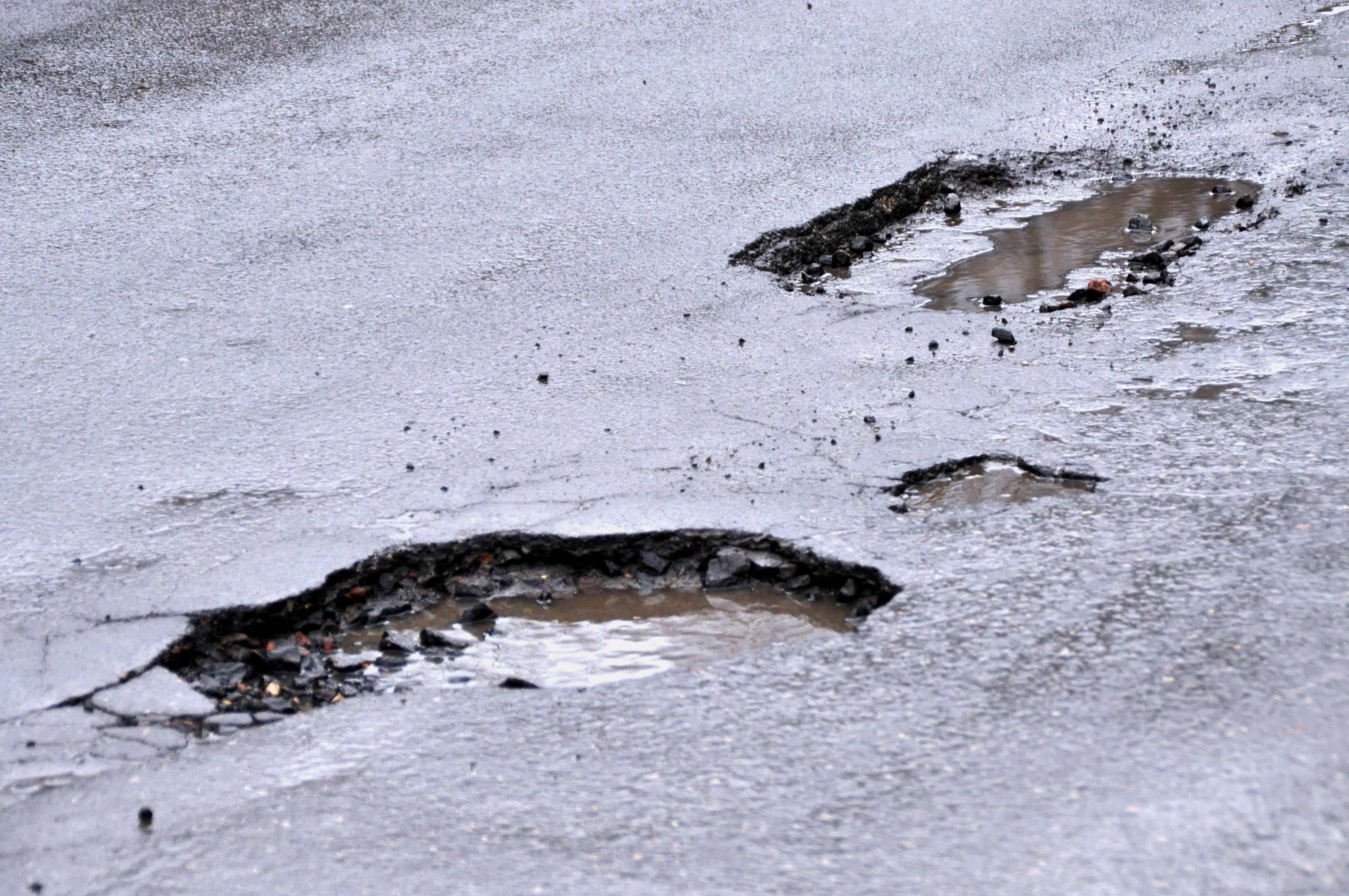 Водители смогут пожаловаться на ямы на дорогах
