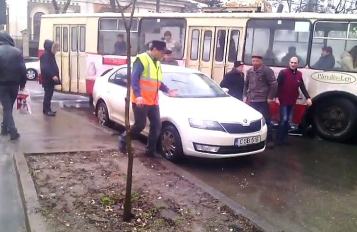 Водитель троллейбуса попытался отодвинуть машину, создавшую пробку (видео)