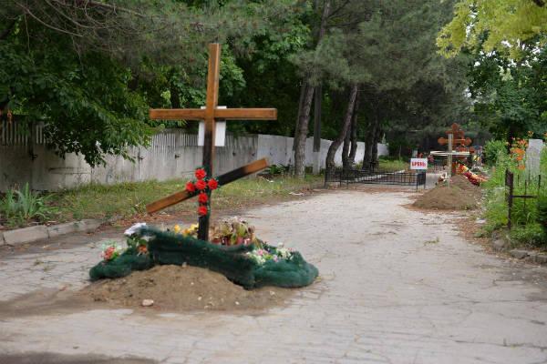 В Кишиневе людей хоронят прямо на асфальтированных дорогах? ( фото)