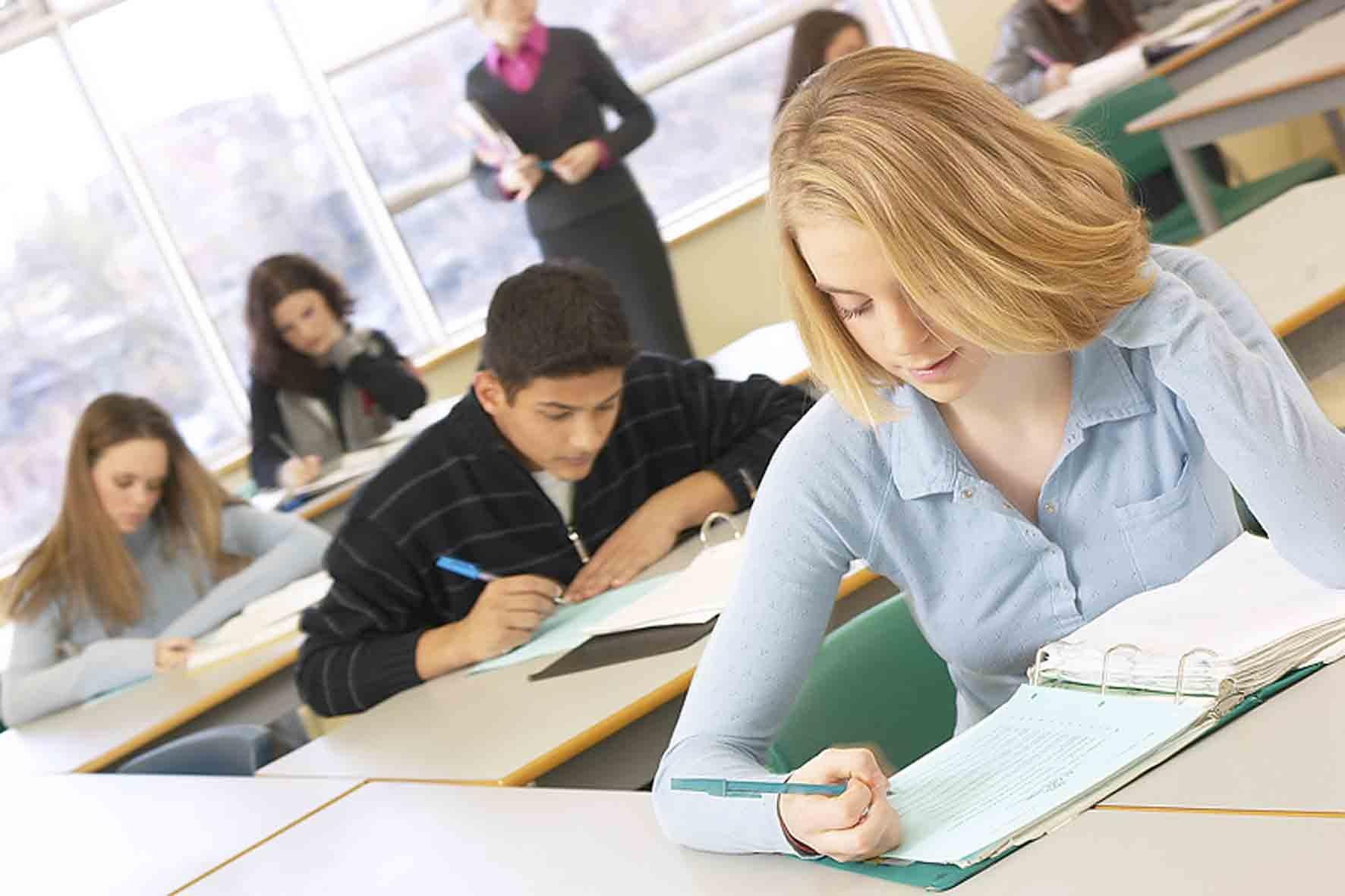 Выпускники гимназий сдают сегодня экзамен по математике