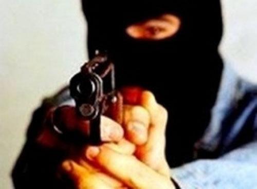 В столице мужчину хотели застрелить во дворе его дома