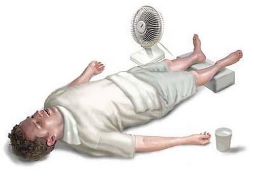 В столичных больницах пациенты теряют сознание из-за жары (видео)