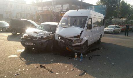 В Кишиневе столкнулись маршрутка и легковой автомобиль