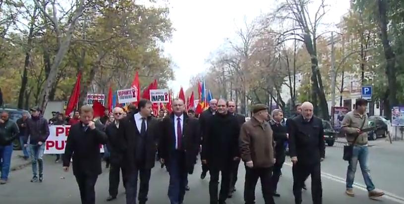 Тысячи людей требуют отставки правительства Стрельца