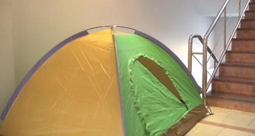 Социалисты установили палатки в здании НАРЭ