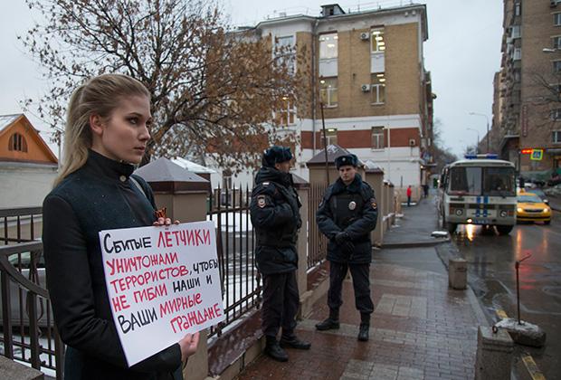 Пикет в Москве Фото: Александр Земляниченко / AP
