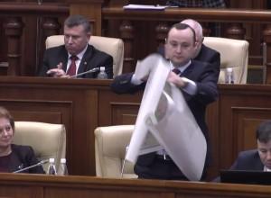 """Карту """"Великой Румынии"""" разорвали социалисты в Парламенте РМ"""
