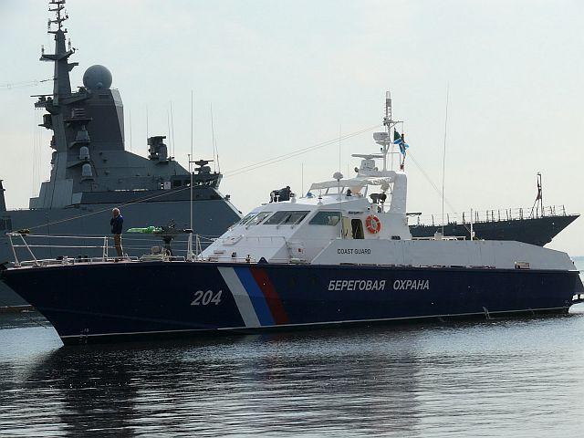 Катер ФСБ отогнал судно Турции, пытавшееся преградить путь каравану РФ