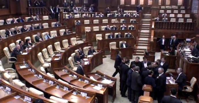 """На депутата от ПСРМ напал """"боец"""" Плахотнюка в здании Парламента РМ"""