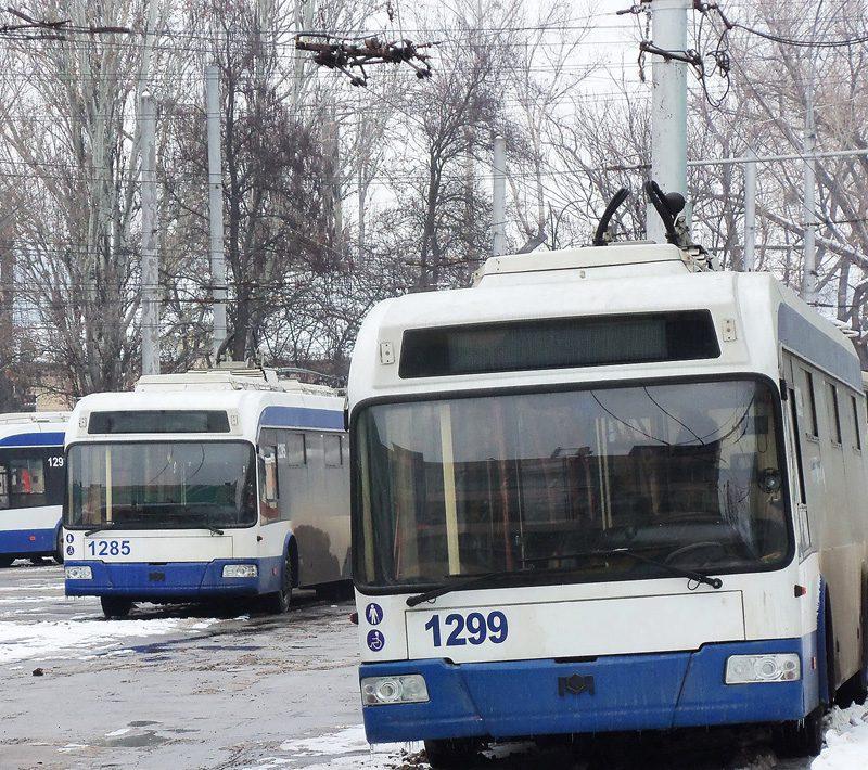 Движение троллейбусов на Московском проспекте было приостановлено из-за припарковавшихся посреди дороги автохамов (ВИДЕО)