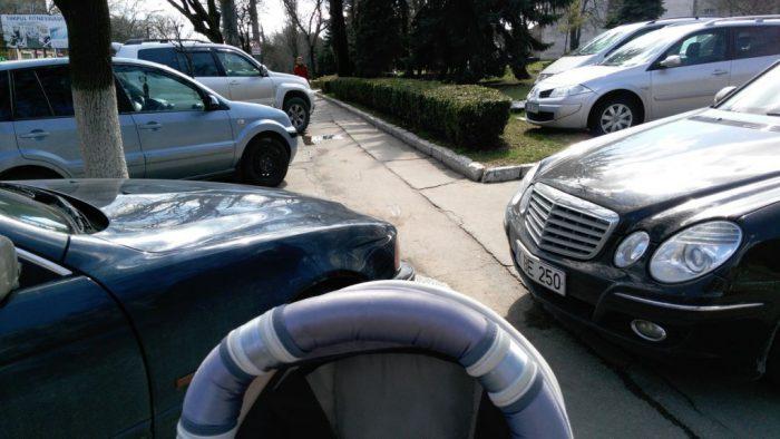 Поправки в ПДД: парковку на тротуарах разрешат, если для пешеходов останется место