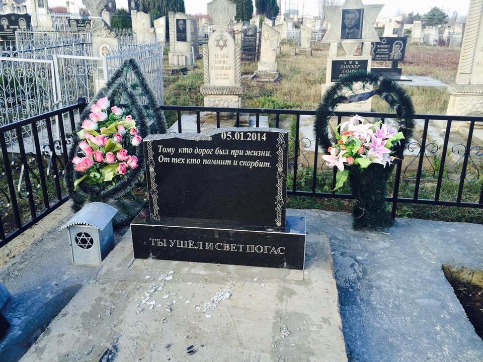 Полиция обвинила сильный ветер в осквернении еврейского кладбища в Сороках