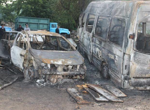 Автомастерскую и несколько автомобилей уничтожил огонь на Чеканах