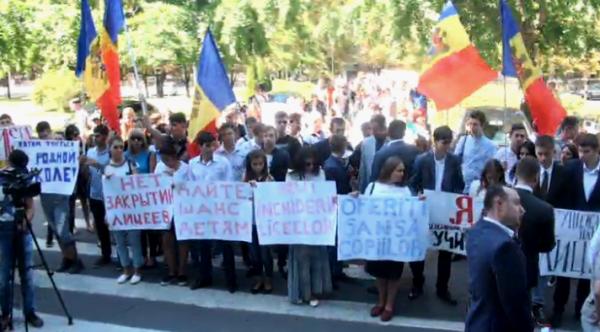 Перед зданием правительства проходит протест против оптимизации школ