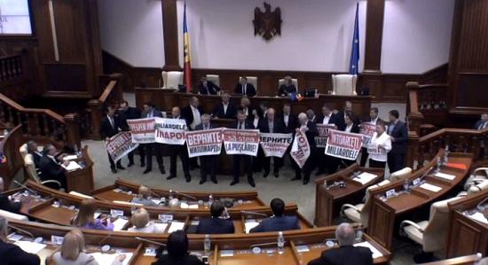 Украденный миллиард должны вернуть воры, находящиеся у власти, а не молдавский народ