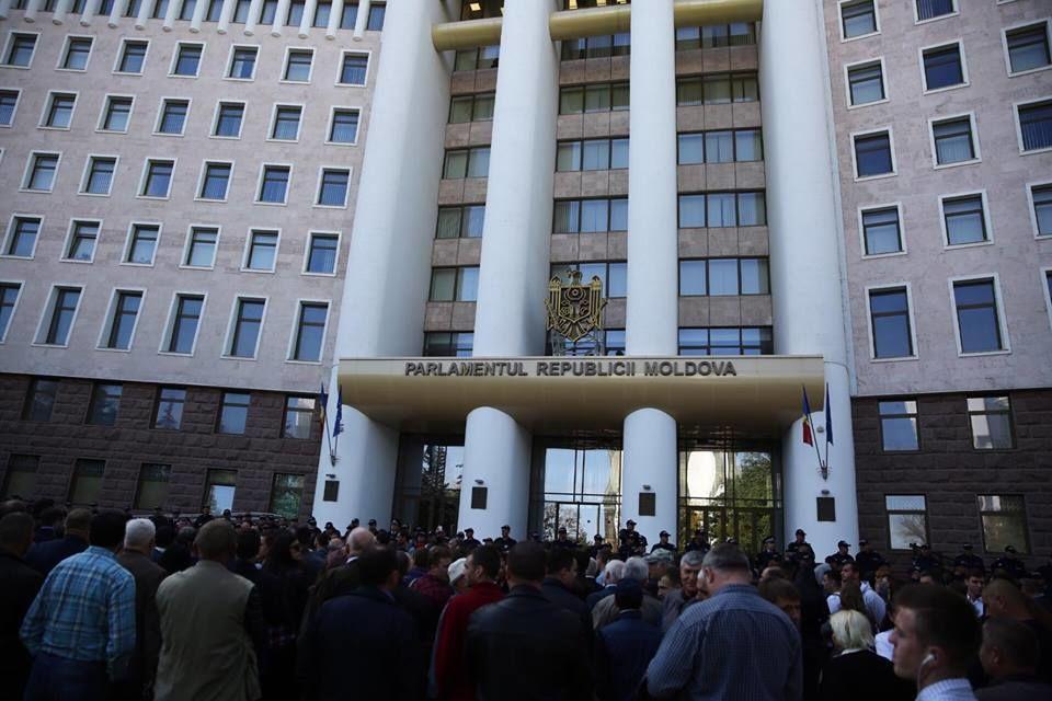 Митинг протеста проходит у стен Парламента Республики Молдова