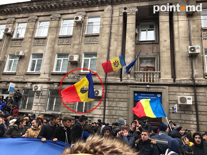 Сторонники Санду протестуют под изуродованным молдавским флагом