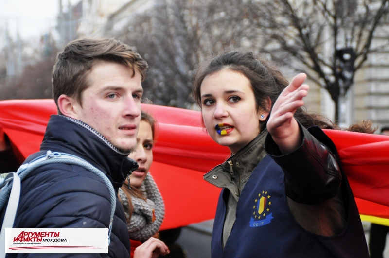 В Национальный день Румынии по Кишинёву пронесли румынский флаг
