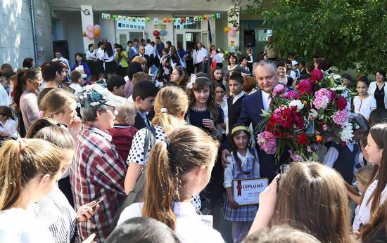 Президент Молдовы И.Додон вручил грамоты и денежные премии лучшим ученикам