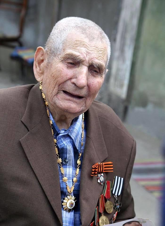 Президент Молдовы Игорь Додон вручил высшую награду страны ветерану ВОВ