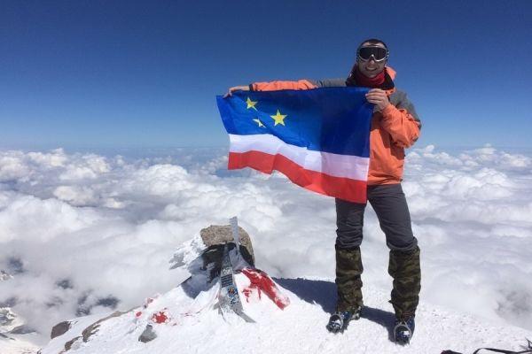 Над Эльбрусом поднят флаг Гагузии