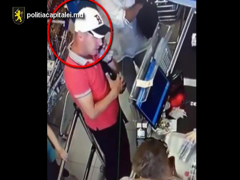 Наглый мужчина украл портмоне в магазине на виду у всех (ВИДЕО)