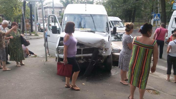 В ДТП с маршруткой в Кишиневе пострадали несколько человек