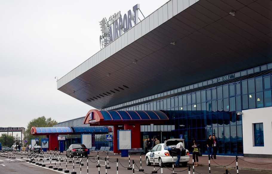 Наглое вымогательство на таможне в аэропорту Кишинева возмутило очевидцев