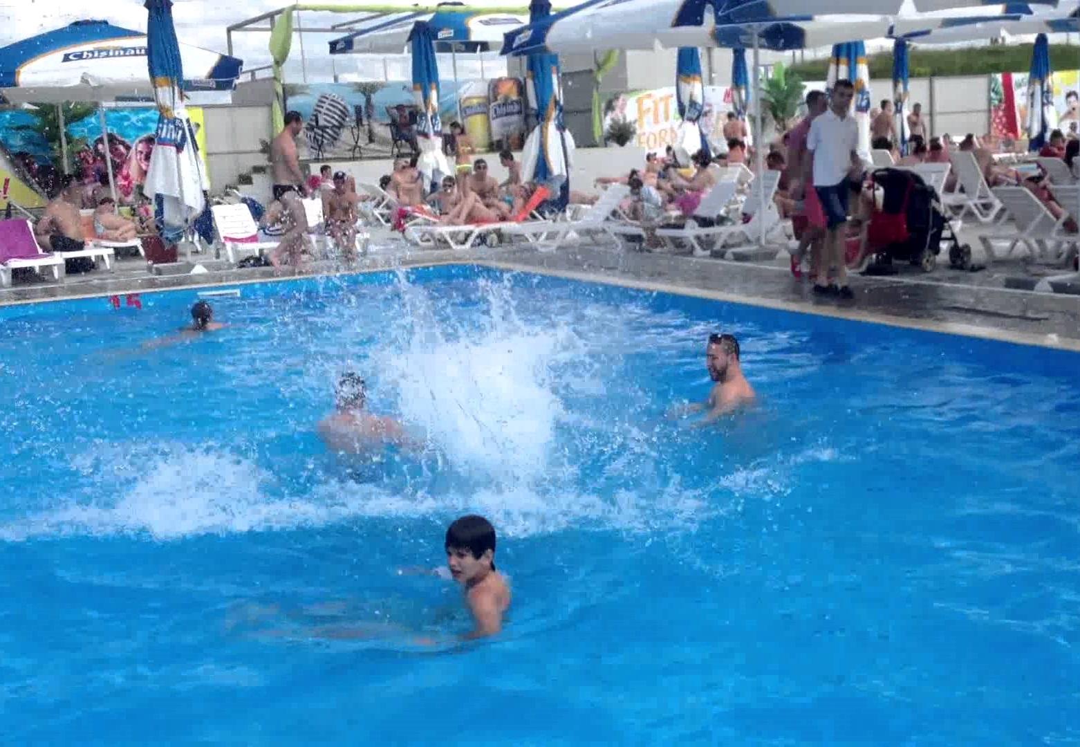 """Старт """"пляжного"""" сезона: чтобы отдохнуть у бассейна, придётся заплатить от 150 леев в день"""