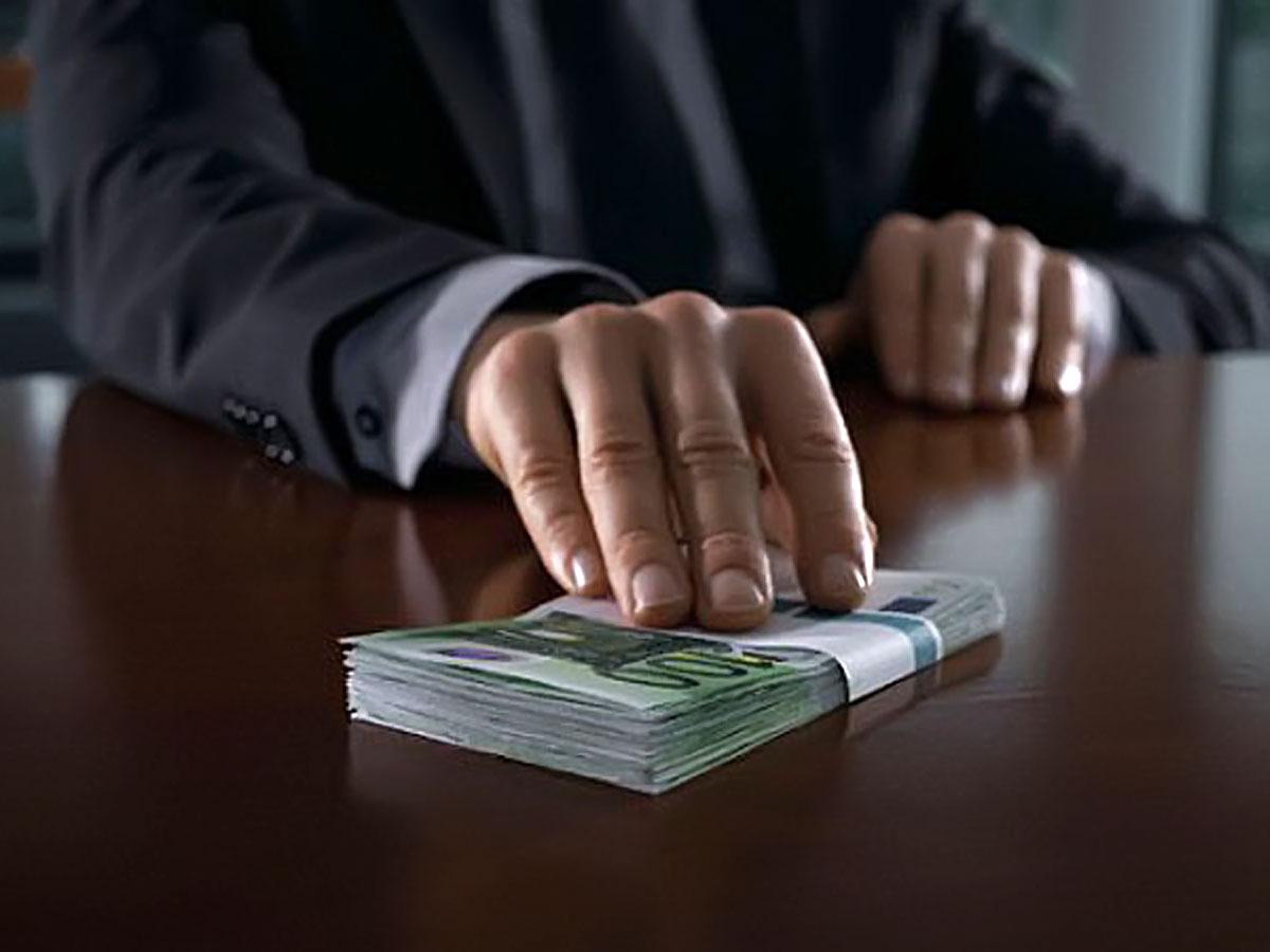 Следователь, вымогавший десятки тысяч евро, отправлен на скамью подсудимых