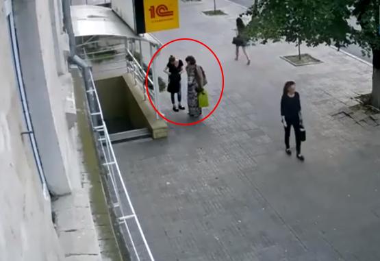 Наглые воровки цветов в центре столицы попали на видео