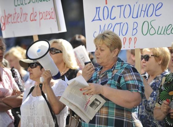 Работники газетных киосков протестовали у здания примэрии в Кишиневе (ФОТО)