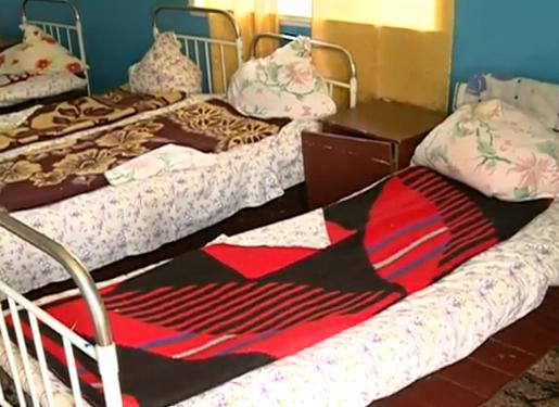 Сломанную мебель, разбитые окна и грязное белье обнаружили в детском лагере (ВИДЕО)