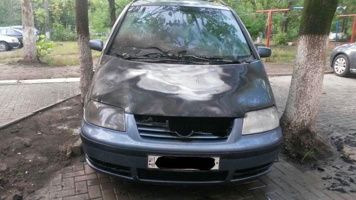 Оборванный провод под напряжением уничтожил автомобиль в Кишиневе (ФОТО)