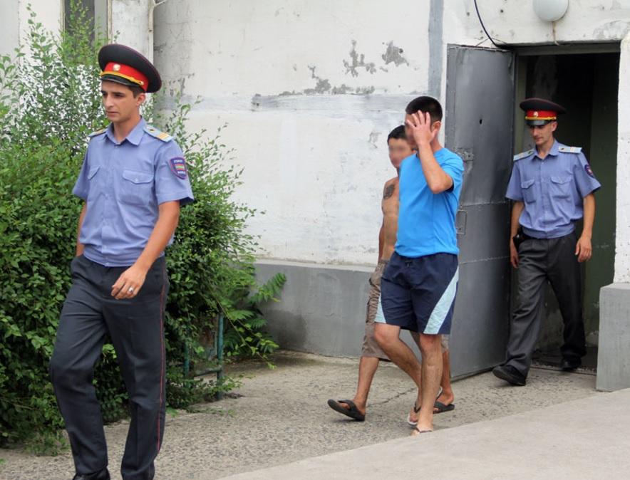 """Пьяные """"шутники"""", не заплатившие таксисту, оказали сопротивление полиции"""
