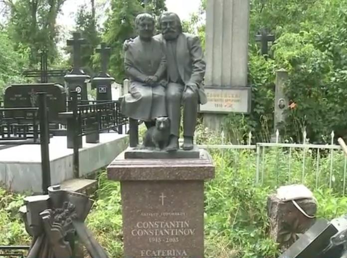 Вандалы осквернили могилу актера Константина Константинова и его жены