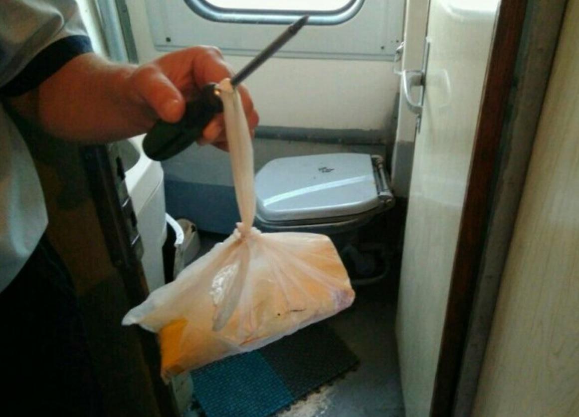 В туалете поезда Кишинев-Москва обнаружили наркотики (ФОТО)