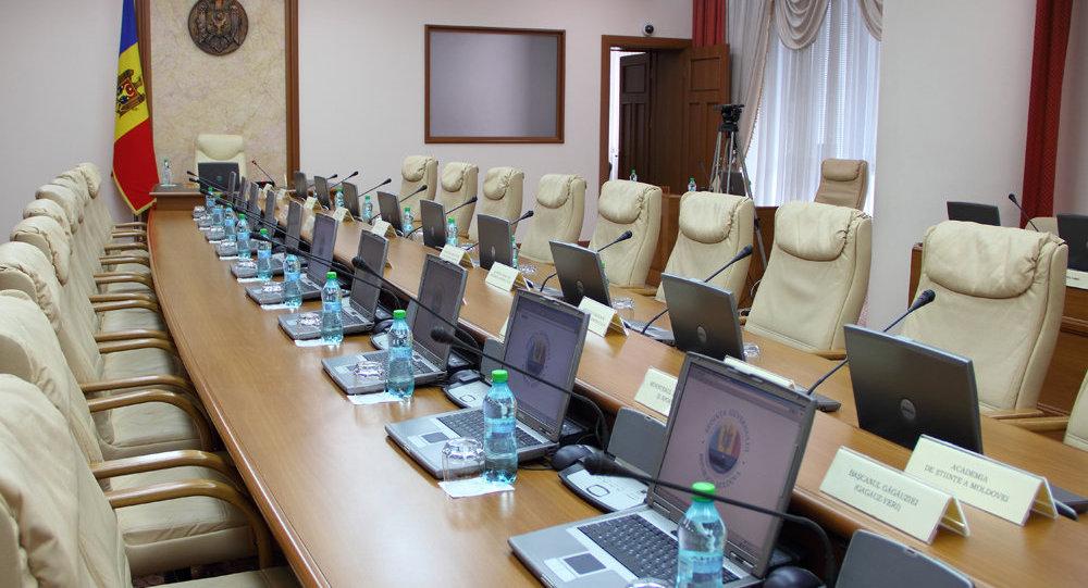 """Реформа правительства """"уберет"""" около 200 чиновников и сэкономит 70 млн леев ежегодно"""