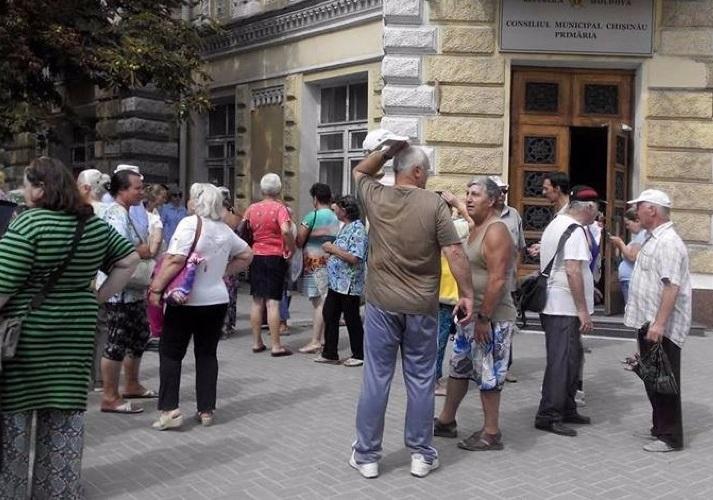 Уличные торговцы с ж/д вокзала устроили протест у примэрии
