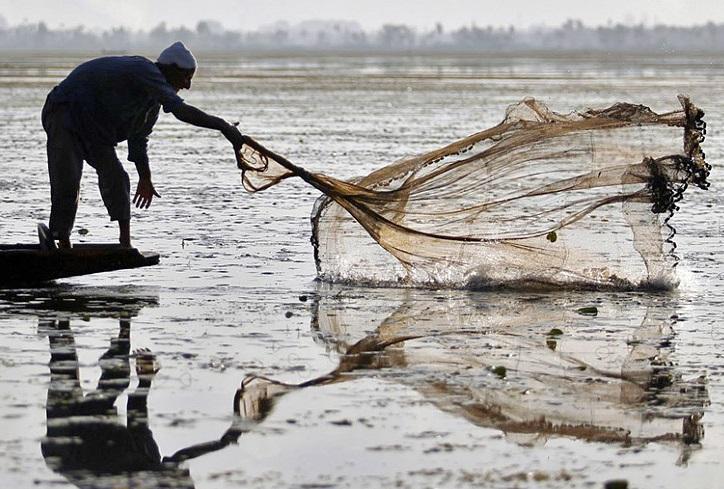 Рыбаки-браконьеры обстреляли инспекторов рыбнадзора и ударились в бега (ФОТО)