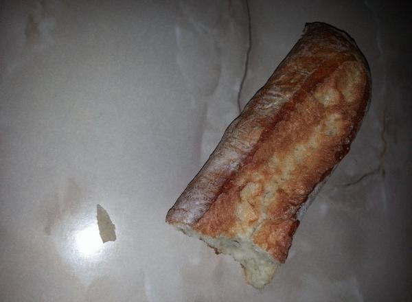 Опасная находка внутри батона хлеба ужаснула жительницу Кишинева