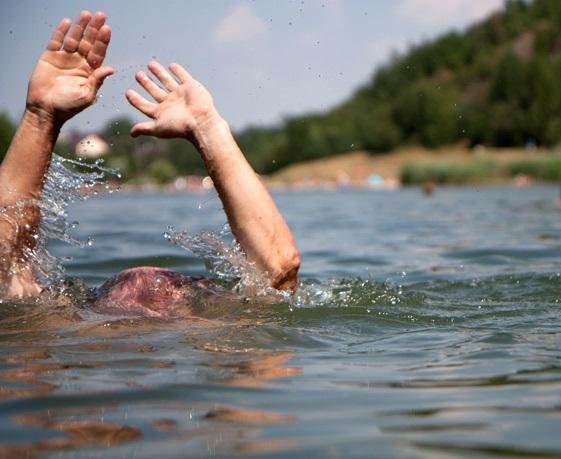 Едва державшийся на ногах нетрезвый мужчина чуть не утонул в водоеме