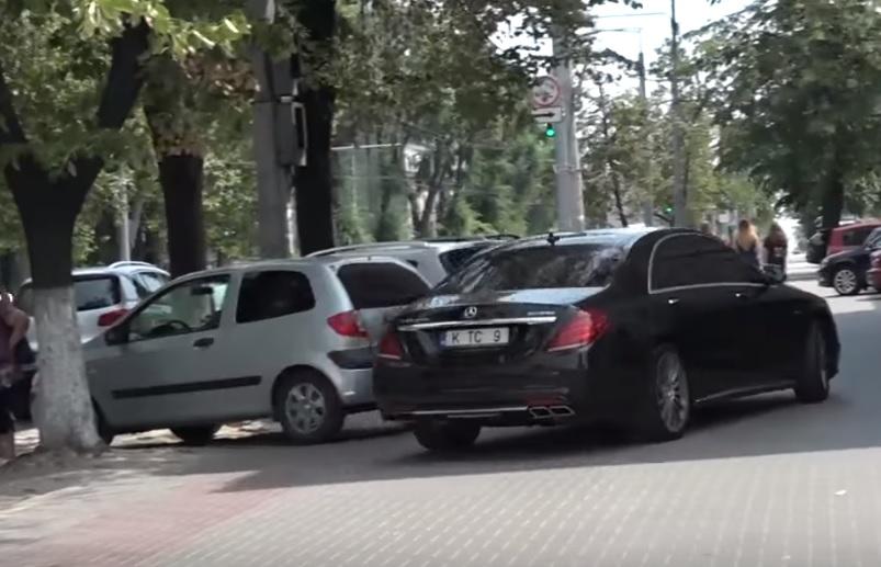 Одиозного демократа Константина Цуцу вновь запечатлели за нарушением ПДД