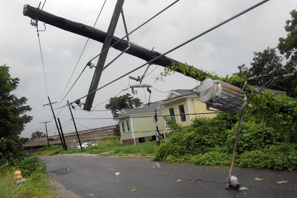 Стихия ударила по северу страны: обесточены города, повалены деревья (ВИДЕО, ФОТО)